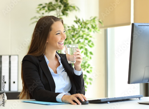 Fototapety, obrazy: Businesswoman drinking water at office