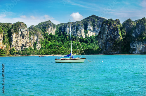 Poster Zeilen Small sailing yacht in the Andaman sea with beautiful views on the ocean and rocks