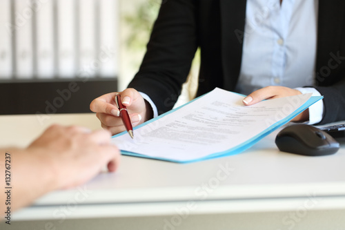 Fotografía  Executive hands indicating where to sign contract