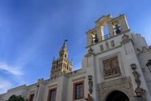 La Giralda De Sevilla Junto A ...