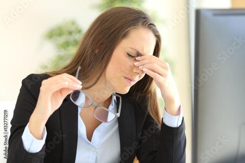 Photo  Businesswoman suffering eyestrain at office