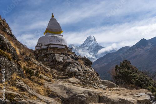 Tuinposter Nepal Ama Dablam mountain behind white stupa, Everest region, Nepal
