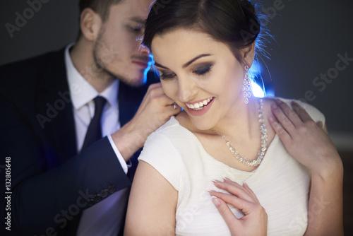 Foto  Liebevoller Mann, der Halskette auf Freundin setzt