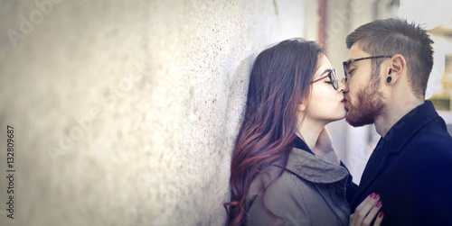 Fotografia  Couple kissing on the street
