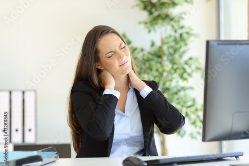 Businesswoman suffering neck pain Fototapet