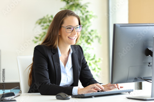 Fotografía  Businesswoman working wearing glasses