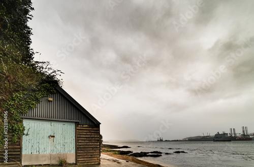 Foto old boathouse with falmouth docks in background