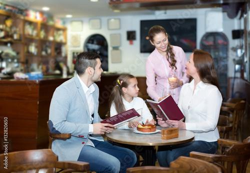 Fototapety, obrazy: waitress and happy family