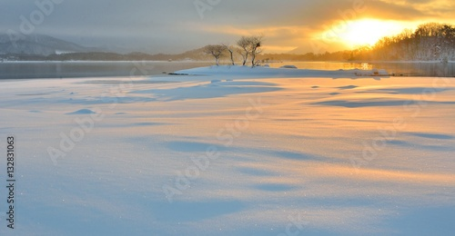 Valokuva  朝陽の雪原