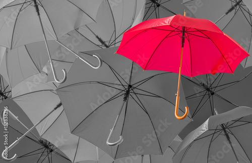 czerwony-parasol-na-tle-czarno-bialych-parasoli
