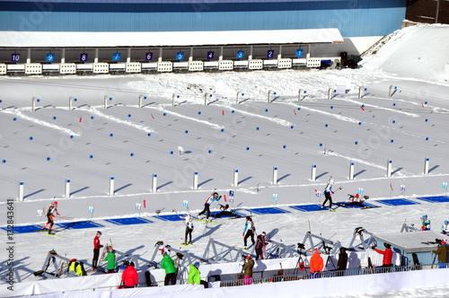 Fotografía  Reger Verkehr am Schießstand beim Biathlon