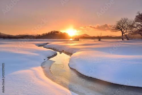 Fototapeta  朝陽の雪原