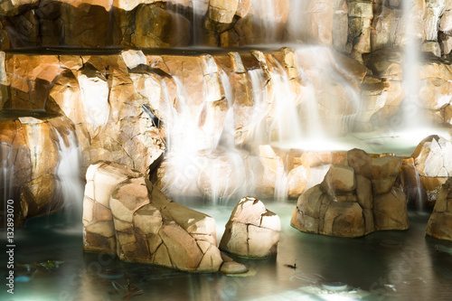 Fototapeta Fountain is in Las Vegas. Night city landscape with waterfall.
