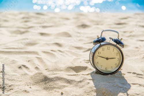 old retro clock on sand beach over blurred of tropical blue sea Tablou Canvas