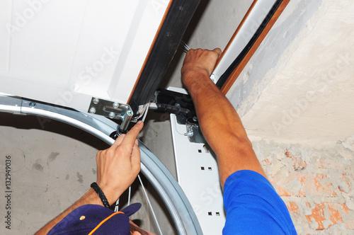 Fotografía  Contractor repair Garage Door Springs