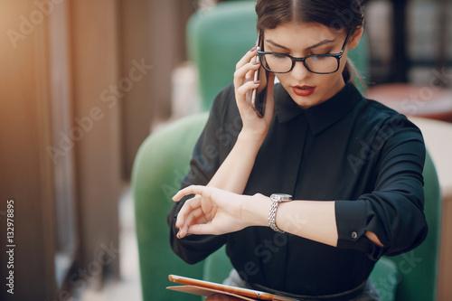 Fotografía  beautiful brunette with glasses