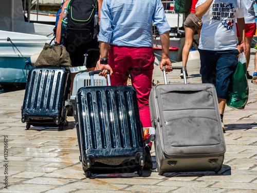 Fotografie, Obraz  Touristen mit Gepäck