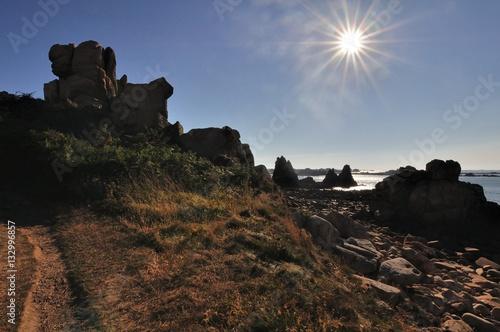 Contre jour avec le soleil sur le sentier de grande randonnée GR34 à Plougrescan Poster
