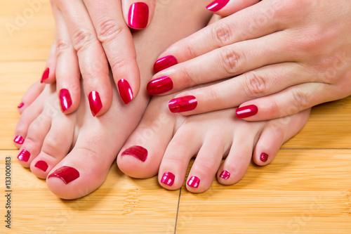 Fotografía  Neatly painted toenails and fingernails
