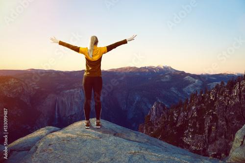 Fotografía  Sportliche Frau auf Berggipfel