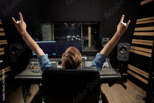 Valokuva  man at mixing console in music recording studio