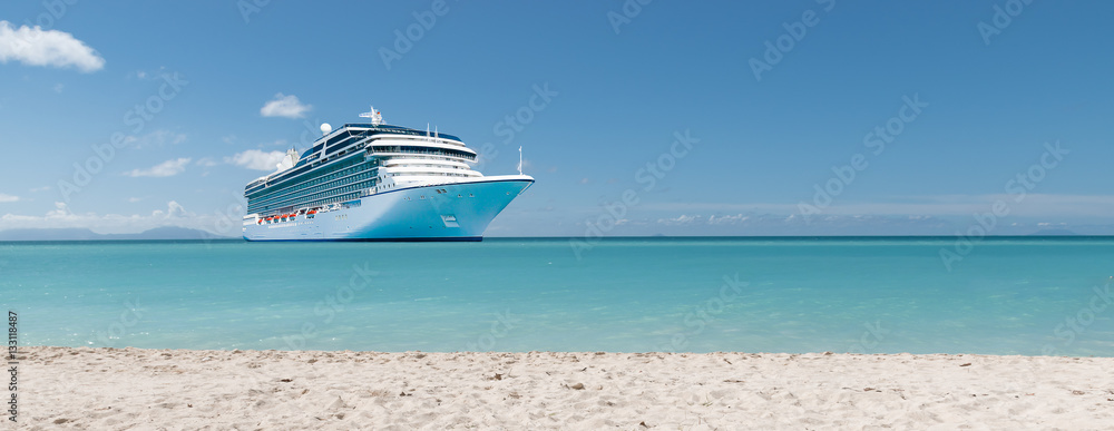 Fototapety, obrazy: Summer vacation concept: Cruise ship in Caribbean Sea close to tropical beach.
