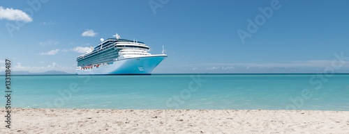 Obraz na plátně Summer vacation concept: Cruise ship in Caribbean Sea close to tropical beach