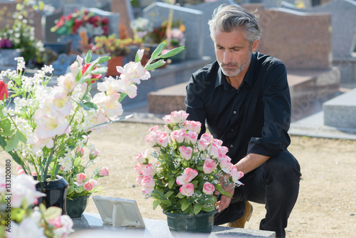 Foto op Canvas Begraafplaats mourning at a grave