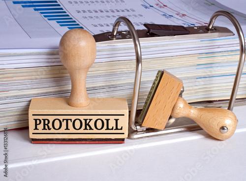 Fotografía  Protokoll Stempel im Büro mit Ordner und Akten