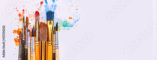 Photo artistic brushes on wooden background
