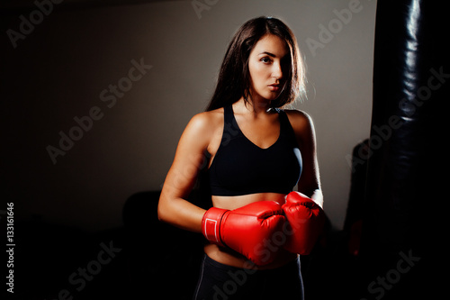 Photo  sexy fighter girl in gym with boxing bag