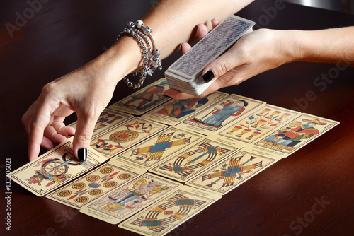 Fotografia, Obraz  Placing tarot cards on table