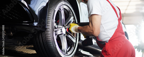 Fotografia  To fit a tyre with impact screwdriver