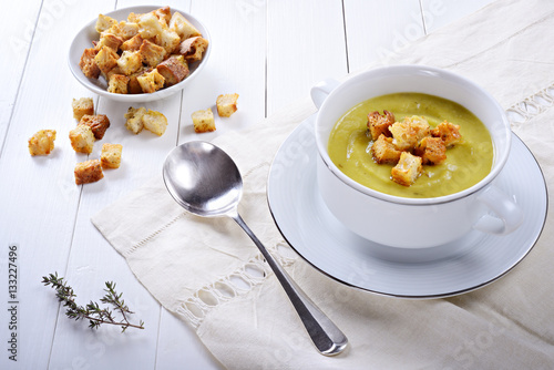 Fotografía  Leek and potato soup with croutons