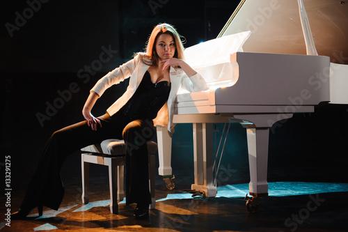 Fotografie, Obraz  the woman with the white piano