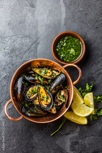 Poster Coquillage Mussels in copper bowl, lemon, herbs sauce and white wine.