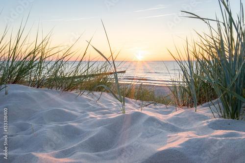 Tuinposter Strand Sonnenuntergang an der Ostsee