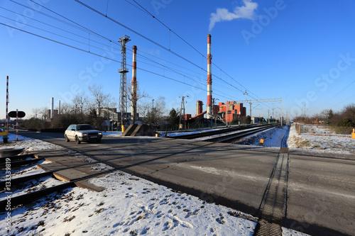 Fotografia, Obraz  Przejazd kolejowy, dymiące kominy fabryki.