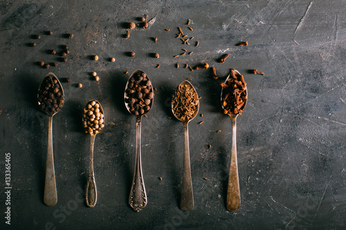 In de dag Kruiderij Spices on spoons shoot from above