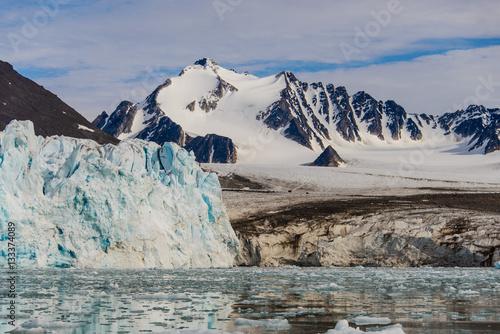 Papiers peints Arctique Arctic landscape with glacier in Svalbard, Spitsbergen