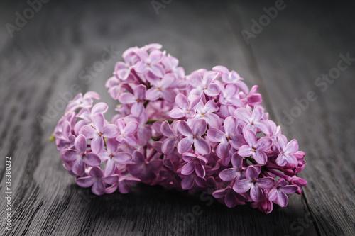 fioletowy-kwiat-bzu-na-starym-stole-z-drewna
