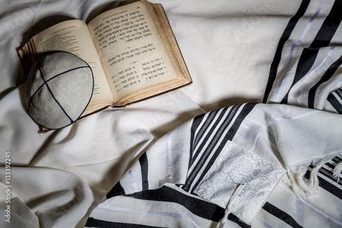 Zdjęcie XXL Talit, Kippah i Siddur - żydowskie przedmioty rytualne