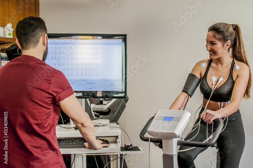 Fotografiet  monitoraggio elettrocardiogramma sotto sforzo