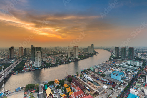 Foto op Aluminium Kuala Lumpur Beauty sunset sky over Bangkok city river curved, natural and cityscape background, Thailand