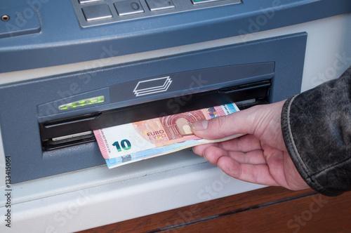 Fotografía  détail retrait distributeur automatique de billets de banque