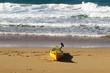 каяк стоит на песчаном пляже , берегу Средиземного моря