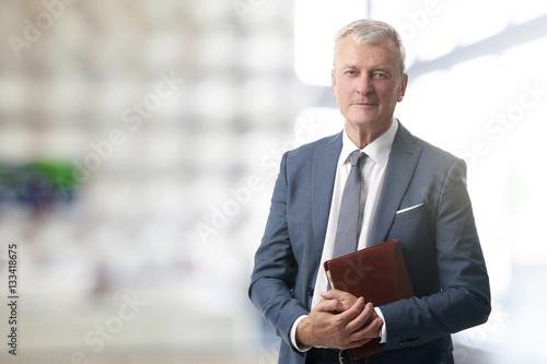 Fotografía  Senior businessman standing at office