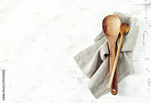 Pinturas sobre lienzo  Two wooden spoons on a linen towel