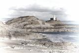 Pastelowy obraz The Mumbles z jego latarnią morską widziany z Bransoletki Bay na półwyspie Gower, West Glamorgan, Walia, Wielka Brytania, popularna atrakcja walijskiego wybrzeża dla turystów - 133426218
