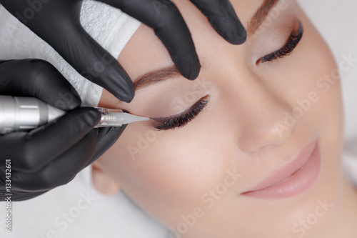 Fotografía  Cosmetologist making permanent makeup